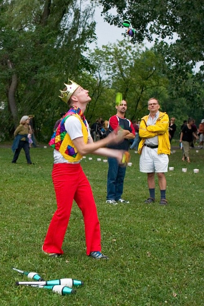 Alain Juggling Balls (5 of them)